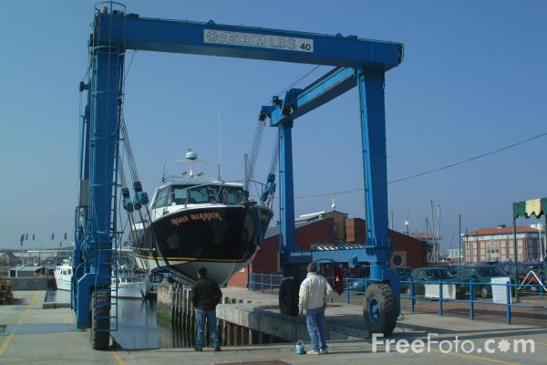 Picture of Self Proppeled Boat Mover, Hartlepool Marina - Free Pictures - FreeFoto.com
