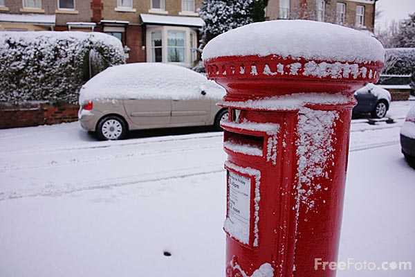 Picture of Iconic Red British Royal Mail Postbox in Winter - Free Pictures - FreeFoto.com