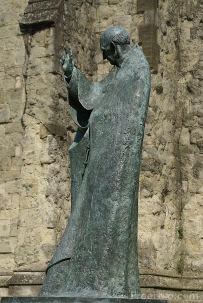 Picture of St Richard Statue by Philip Jackson, Chichester, West Sussex - Free Pictures - FreeFoto.com