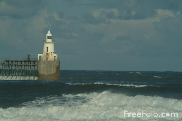 Picture of Blyth Harbour Lighthouse, Northumberland - Free Pictures - FreeFoto.com