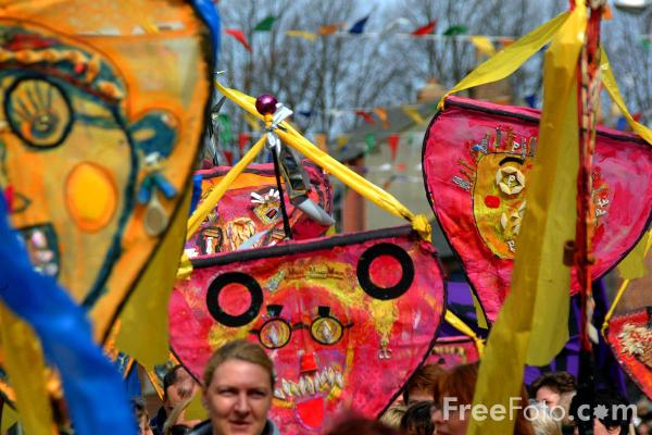 Picture of Pageant of children with sculptures, Morpeth Northumbrian Gathering - Free Pictures - FreeFoto.com