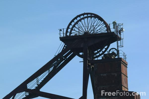 Picture of Pit head winding gear, Woodhorn Colliery, Northumberland - Free Pictures - FreeFoto.com