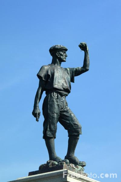 Picture of Statue in memory of the miners who lost their lives in the Woodhorn Colliery explosion on Sunday August 13th 1916 - Free Pictures - FreeFoto.com