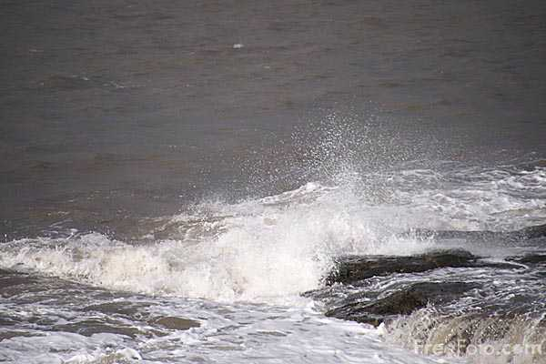 Picture of Waves on the Northumberland Coast - Free Pictures - FreeFoto.com
