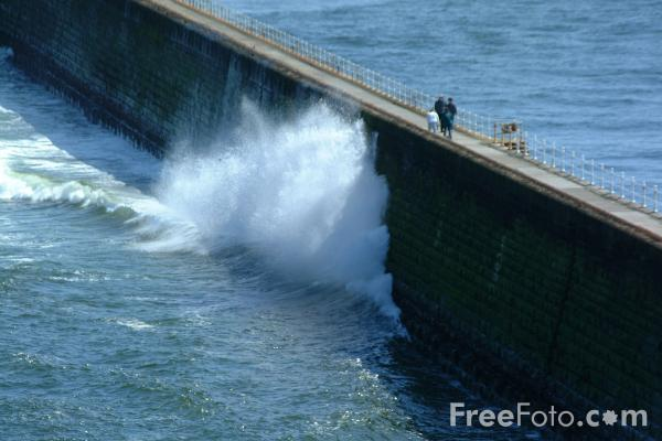 Picture of The North Pier, Tynemouth, - Free Pictures - FreeFoto.com