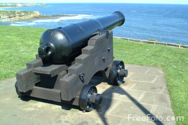 Picture of A cannon stands here in memory of the Tynemouth Volunteer Artillery who were the British Army's first volunteer gunners. - Free Pictures - FreeFoto.com