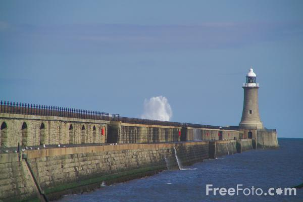 Picture of Waves, The North Pier, Tynemouth - Free Pictures - FreeFoto.com