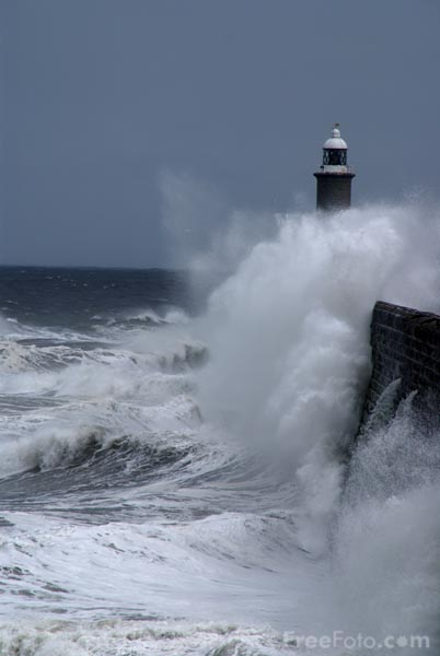 Picture of Hugh Waves, North Pier, Tynemouth - Free Pictures - FreeFoto.com