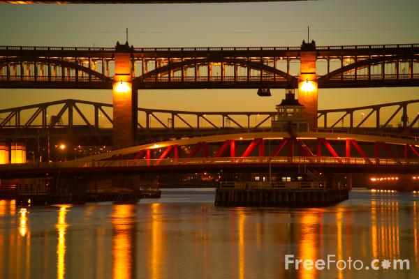 Picture of River Tyne at night - Free Pictures - FreeFoto.com