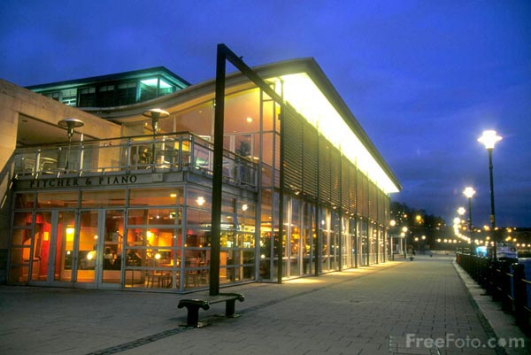 Picture of Pitcher and Piano, Large modern glass fronted pub - Free Pictures - FreeFoto.com