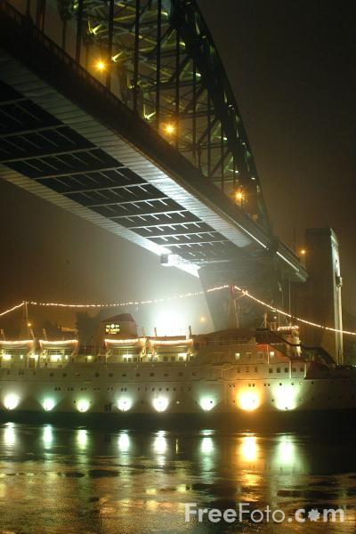 Picture of Tyne Bridge - Fog on the Tyne - Free Pictures - FreeFoto.com