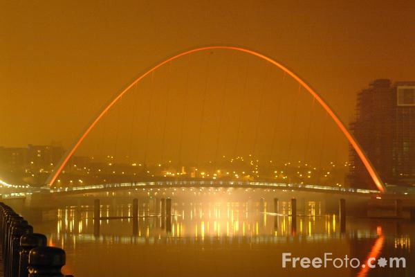 Picture of Gateshead Millennium Bridge - Fog on the Tyne - Free Pictures - FreeFoto.com