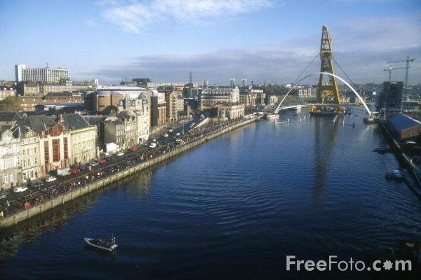 Picture of Gateshead Millennium Bridge being moved into position - Free Pictures - FreeFoto.com