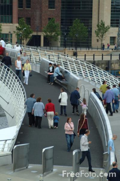 Picture of The Gateshead Millennium Bridge - Free Pictures - FreeFoto.com