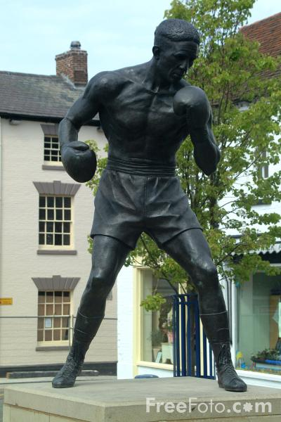 Picture of Statue of world middleweight champion Randolph Turpin, Warwick - Free Pictures - FreeFoto.com