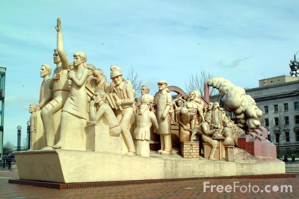 Picture of Forward statue by Raymond Mason, Centenary Square, Birmingham - Free Pictures - FreeFoto.com