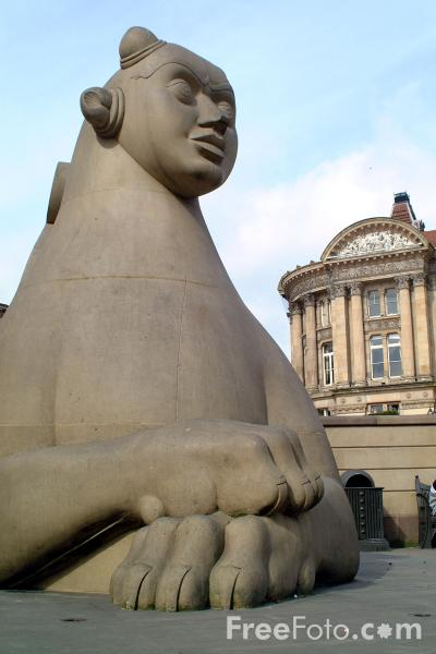 Picture of Statue of Queen Victoria name by Thomas Brock. - Free Pictures - FreeFoto.com