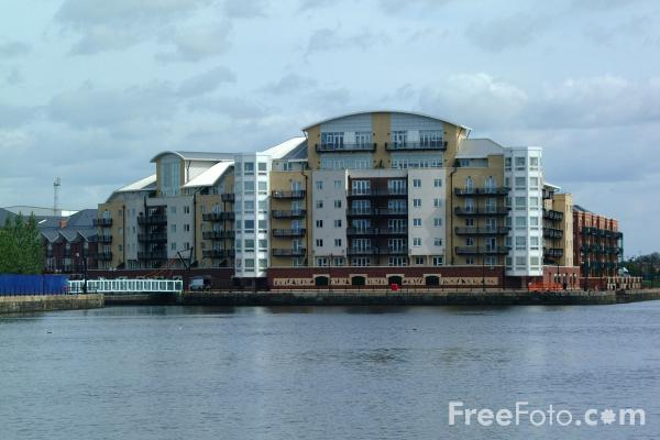 Picture of Capitol Building, Adventurers Quay, Cardiff Bay - Free Pictures - FreeFoto.com