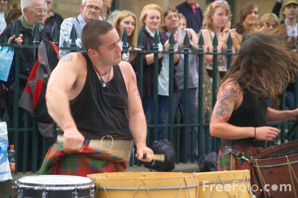 Picture of Scottish Bagpipe and drums at the Edinbirgh Fringe - Free Pictures - FreeFoto.com