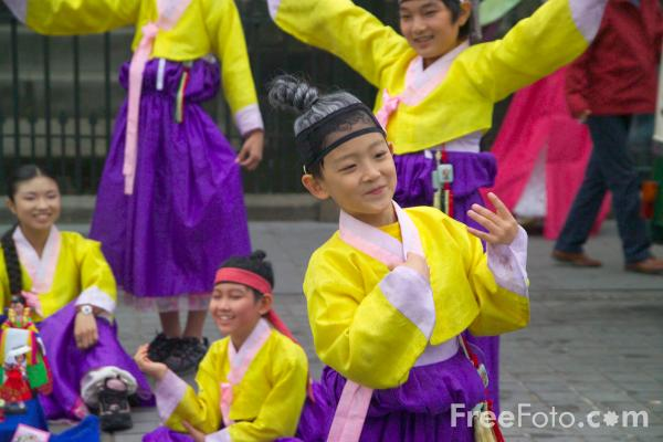 Picture of Japanese group at the Edinburgh Fringe - Free Pictures - FreeFoto.com