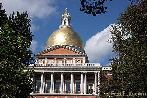 Picture of The Massachusetts State House was built between 1795 and 1797 on Beacon Hill and overlooks the Boston Common. - Free Pictures - FreeFoto.com