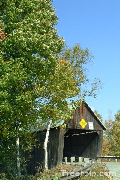 Picture of Lincoln Covered Bridge spanning Ottauquechee River, adjacent to Route 4 - Free Pictures - FreeFoto.com