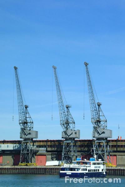 Picture of Dock Cranes, Southampton - Free Pictures - FreeFoto.com