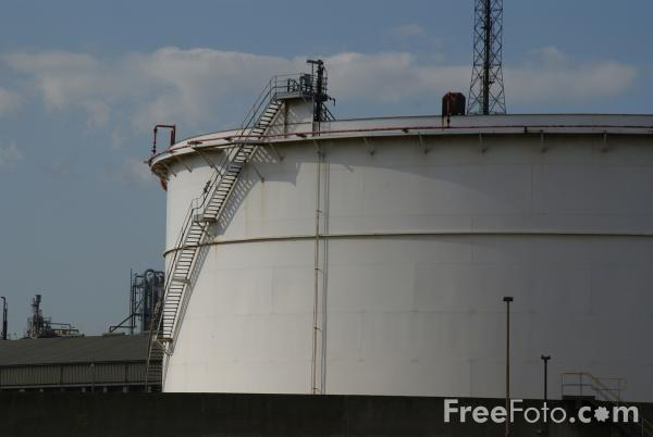 Picture of Oil Refinery - Free Pictures - FreeFoto.com