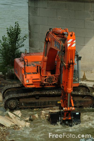Picture of Tracked Digger working in a river - Free Pictures - FreeFoto.com
