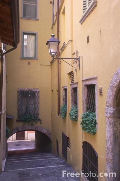 Picture of Passageway and Stairs, Salo, Lake Garda, Italy - Passaggio, Salò, Lago di Garda, Italia - Free Pictures - FreeFoto.com