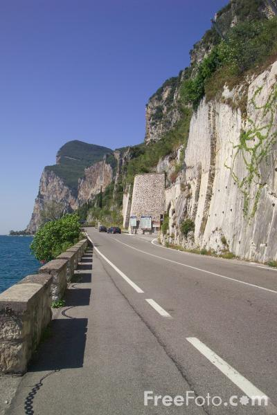Picture of Lakeside Road, Lake Garda, Italy - Strada di lakeside, Lago di Garda, Italia - Free Pictures - FreeFoto.com