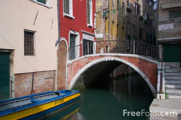 Picture of A small canal in Venice, Italy - Rio, Venezia Italia - Free Pictures - FreeFoto.com