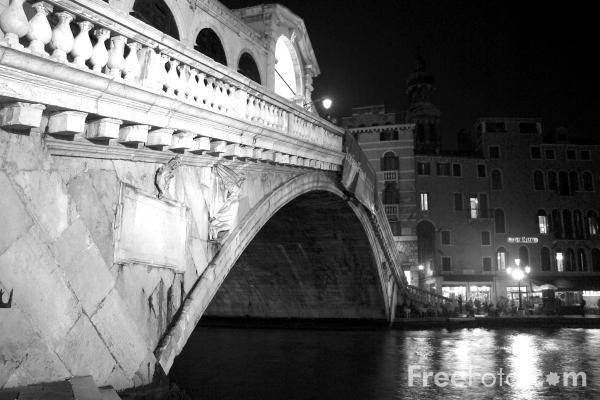 Picture of The Rialto Bridge, Grand Canal, Venice, Italy - Ponte di Rialto, Canale Grande, Venezia, Italia - Free Pictures - FreeFoto.com
