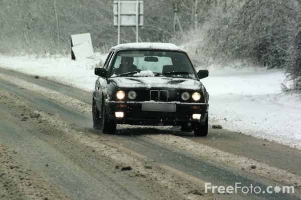 Picture of Car in the snow - Free Pictures - FreeFoto.com