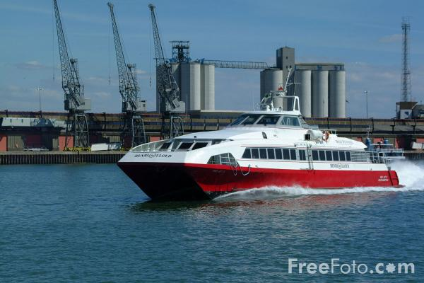 Picture of Red Funnel Southampton - Cowes High Speed Passenger Service - Free Pictures - FreeFoto.com