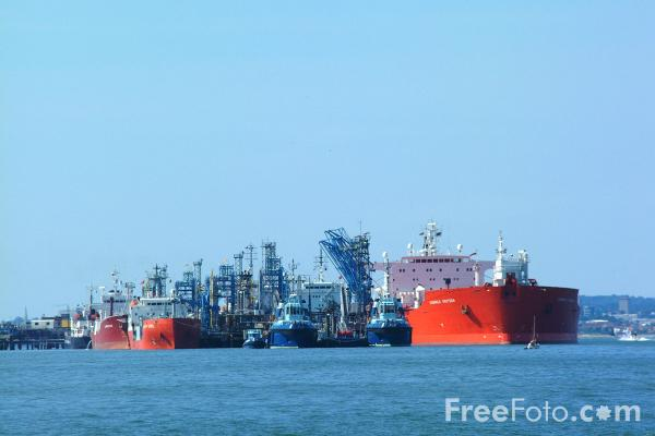 Picture of Oil Tankers, Fawley - Free Pictures - FreeFoto.com