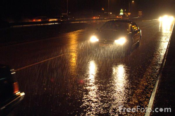 Picture of Traffic in the Rain at night - Free Pictures - FreeFoto.com