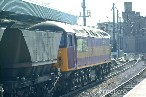 Picture of EWS Class 56087 Port of Hull on a MGR train at Newcastle - Free Pictures - FreeFoto.com