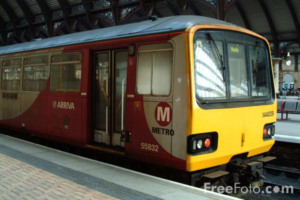 Picture of Class 144 009 Arriva Metro DMU at York - Free Pictures - FreeFoto.com