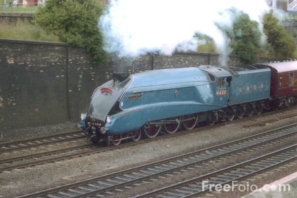 Picture of Gresley A4 4468 Mallard storms through Gateshead - Free Pictures - FreeFoto.com