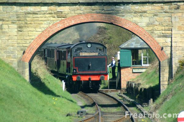 Picture of 1943 built RSH No38 0-6-0ST passes Marley Hill Signalbox, Tanfield Railway - Free Pictures - FreeFoto.com