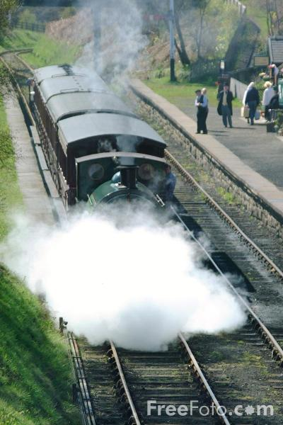 Picture of 1948 built RSH No7409 Sir Cecil Cochrane 0-4-0ST at St Andrews House station, Tanfield Railway - Free Pictures - FreeFoto.com