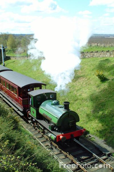 Picture of 1948 built RSH No7409 Sir Cecil Cochrane 0-4-0ST leaves St Andrews House station, Tanfield Railway - Free Pictures - FreeFoto.com