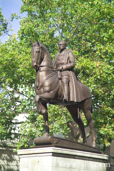 Picture of Statue of George, Duke of Clarence (1907) by Adrian Jones. - Free Pictures - FreeFoto.com