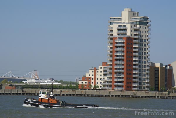 Picture of Tug Boat on the River Thames - Free Pictures - FreeFoto.com