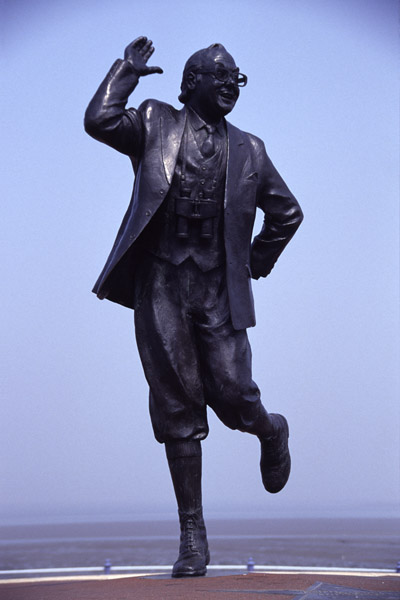 Picture of Eric Morecambe statue created by sculptor Graham Ibesson - Free Pictures - FreeFoto.com