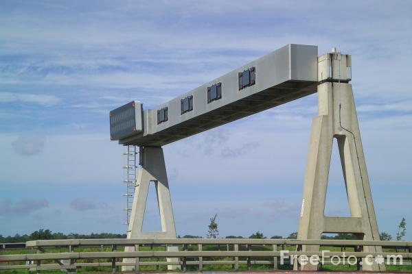 Picture of Overhead motorway sign - Free Pictures - FreeFoto.com
