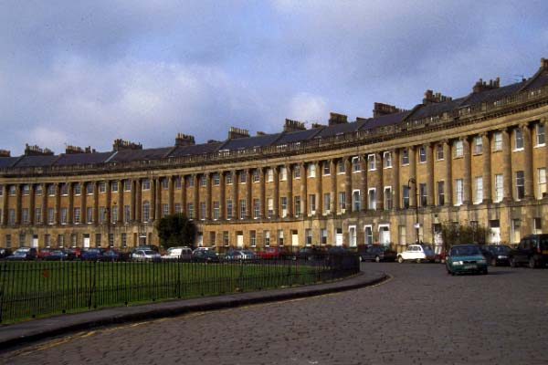 http://www.freefoto.com/images/42/01/42_01_10---Bath-s-magnificent-Royal-Crescent_web.jpg