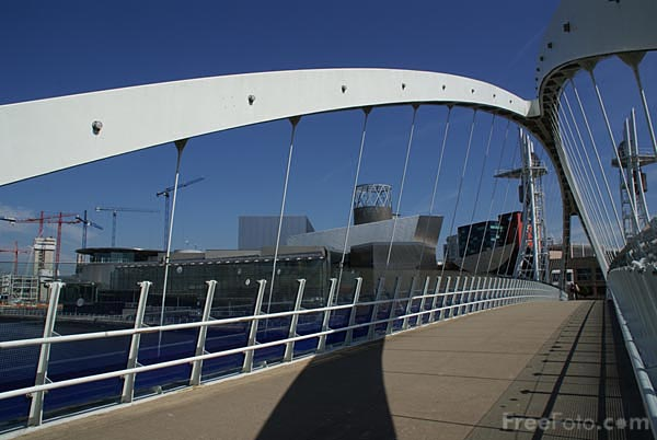Picture of The Lowry footbridge Salford Quays - Free Pictures - FreeFoto.com