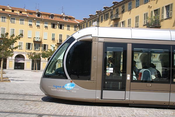 Picture of Nice Tramway running with on-board batteries - Free Pictures - FreeFoto.com